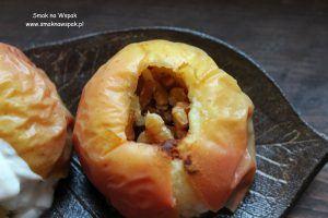 Jabłka pieczone z orzechami i cynamonem.