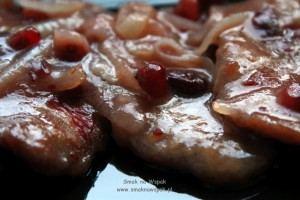 Polędwiczki wieprzowe z żurawiną i cebulą.