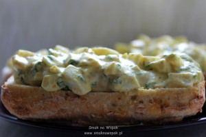 Pasta jajeczna z curry i z ziołami.