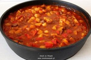 Gulasz wołowy z ziemniakami i wędzoną papryką.
