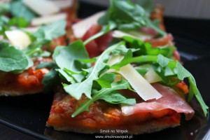 Pizza rukola z prosciutto crudo.