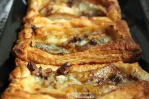 Gruszki z gorgonzolą na cieście francuskim.
