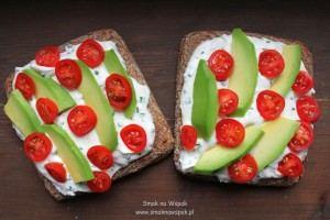 Pomysł na śniadanie: kanapka z twarożkiem i awokado.