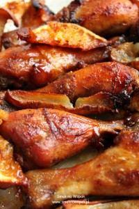 Udka kurczaka pieczone w winie i z gruszkami.