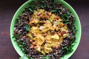 Curry z ciemną ciecierzycą i tofu.