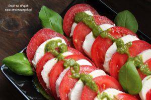 Sałatka caprese z pesto szczypiorkowo-bazyliowym.